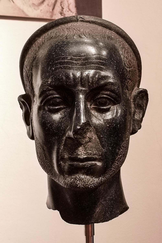 Testa maschile barbata in diorite