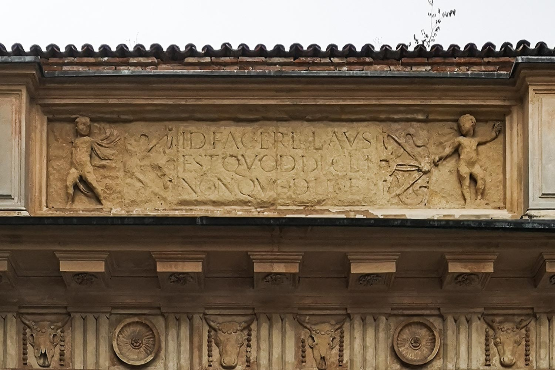 Iscrizione arco Palazzo Benavides