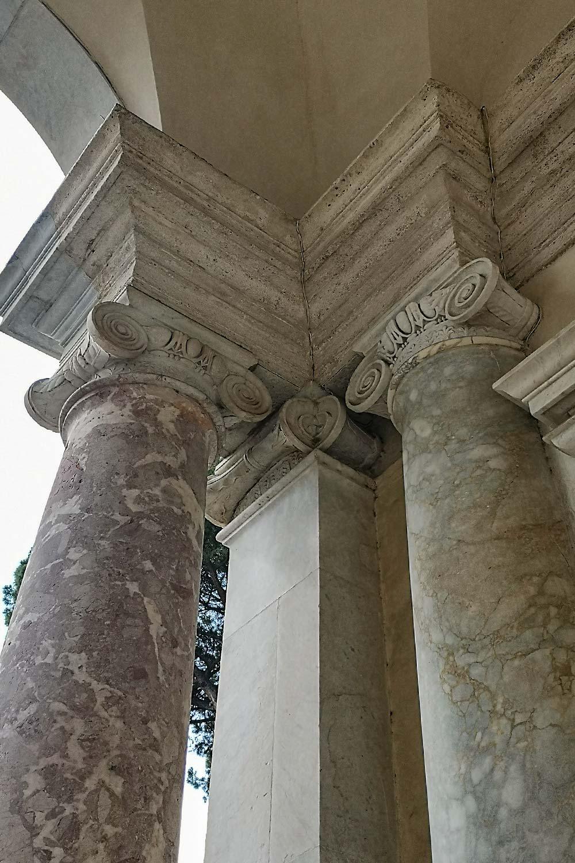 Capitelli ionici loggia di Villa Giulia