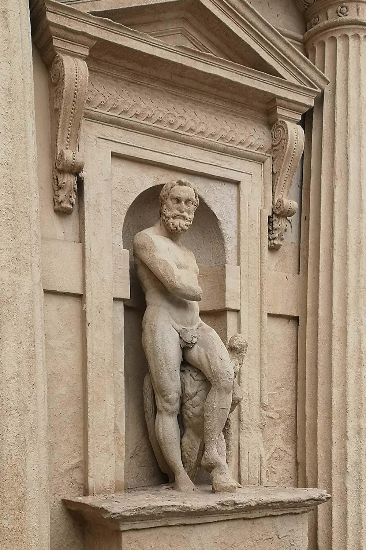 Giove arco Palazzo Benavides