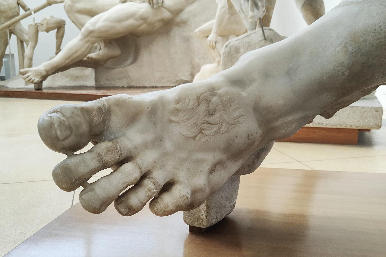 Dettaglio dei piedi di Polifemo