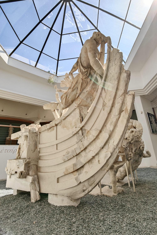 La nave del gruppo scultoreo di Sperlonga